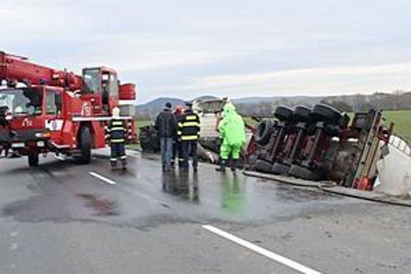 Pondelková havária kamióna s hydroxidom sodným skomplikovala dopravu pri Vranove.