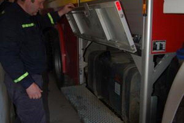 Hasičská cisterna. Zlodeji ju poškodením palivovej nádrže vyradili z prevádzky. V prípade väčšieho požiaru budú musieť k zásahu privolať hasičov z Lipian.