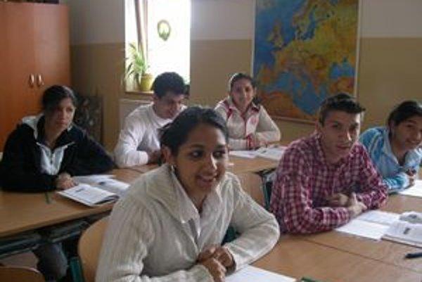 Stredoškoláci. Štipendiá a donori by mali zvýšiť ich motiváciu, aby školu ukončili.