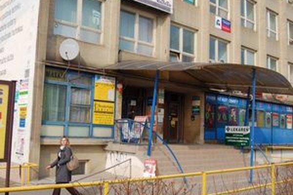 Strážená budova. Z jednej z tamojších kancelárií zmizlo viac ako 10-tisíc eur i bankomatové karty.