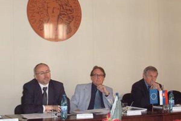 Zástupcovia PU. Zľava rektor Matlovič, dekan Bernasovský a prorektor Sipko.