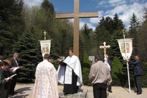 Posviacka. Kríž posvätili gréckokatolícki kňazi.