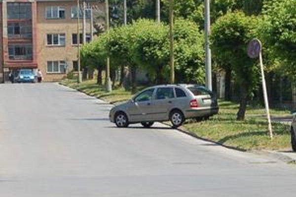 Ani pri parkovaní sa fantázii medze nekladú. Čo na to zákony?