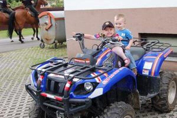 Motorkári. Trojročná Zojka a dvojročný Samko vymenili kočiare za štvorkolky.