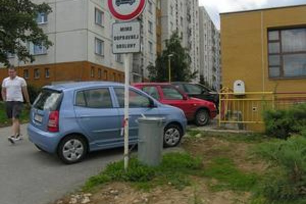 Mimo dopravnej obsluhy. Napriek zákazu sem autá vchádzajú.