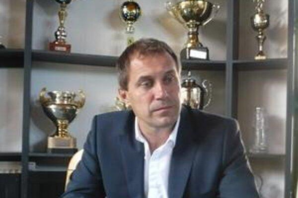 Roman Pivarník. Tréner Tatrana spravil na sústredení zo zverencov spevákov.