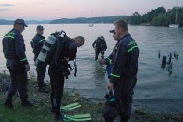 Záchranári. Vranovskí hasiči a humenskí potápači hľadali telo utopeného plavca.