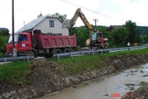 Bardejovská Nová Ves. Na stabilizovaní najohrozenejších častí potoku Andrejovka sa stále pracuje.