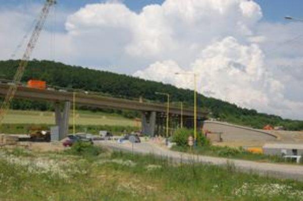 Križovatka Vydumanec. Napája sa na ňu diaľnica D1. Odovzdanie stavby je vraj ohrozené.