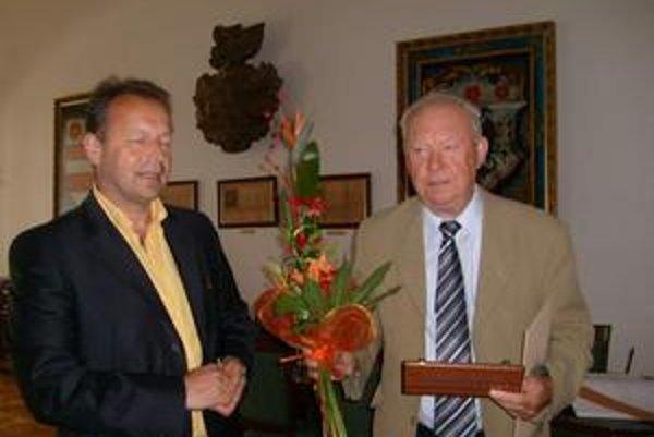 Cena primátora. Gejza Markovič ju dostal za rozvoj ekonomiky a leteckého športu.