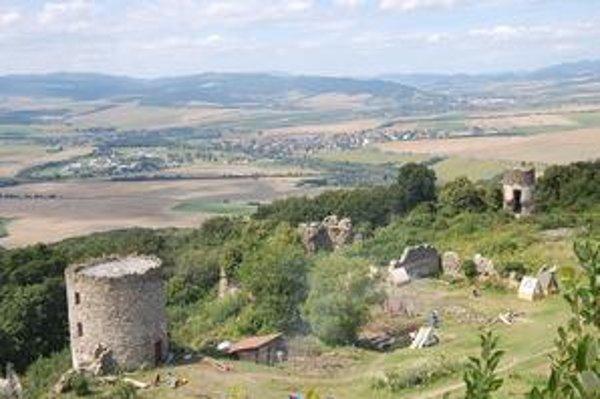 Zrúcaniny hradu. Dobrovoľníci ich postupne odkrývajú, z areálu je krásny výhľad.