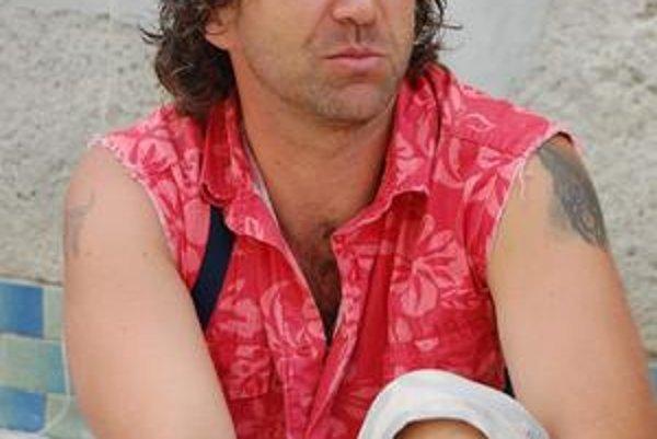 Peter Dugas. V sobotu jeho spolupracovníka dvaja mladí osadníci ubili palicou.