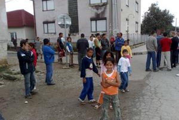 Rómovia v  Šarišských Michaľanoch majú obavy z pravicových extrémistov, ktorí sa tam v sobotu chystajú. Časť z nich opúšťa domovy, Rómovia si zriadili aj domobranu.