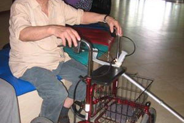 Pomôcky. Niektoré používajú aj klienti seniorských domovov.
