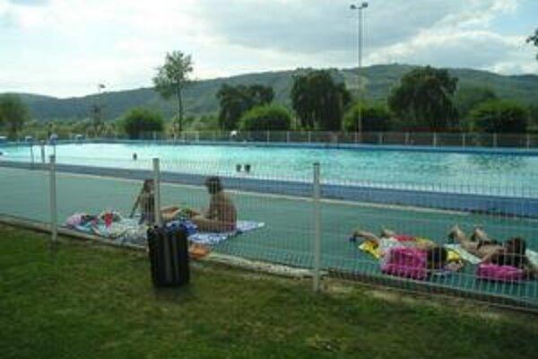 Málo ľudí v bazéne. Podľa Stropkovčanov na kúpalisku chýbajú atrakcie pre deti.