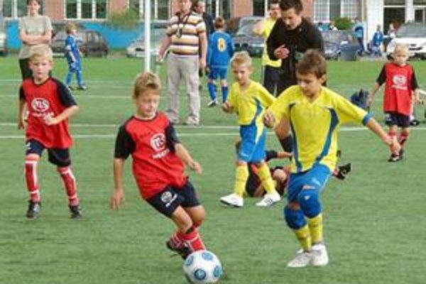 Futbalové talenty bojovali urputne o každú loptu.