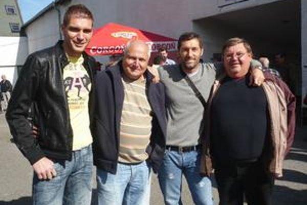 Bývalí brankári. Zľava M. Buchta, M. Timoš, B. Stefanovič a F. Oršulák sa po čase opäť stretli na prešovskom futbale.