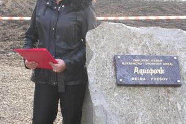 Marianna Mikulová. Projektová manažérka pri základnom kameni.