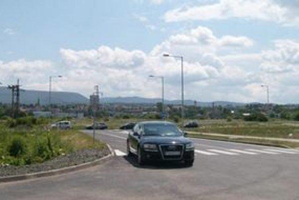 Škára. Prístupovú komunikáciu k Learu mesto odovzdalo v júni 2009.