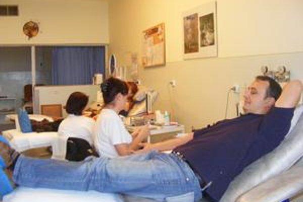Darcovstvo krvi. Odber trvá 5 až 10 minút.