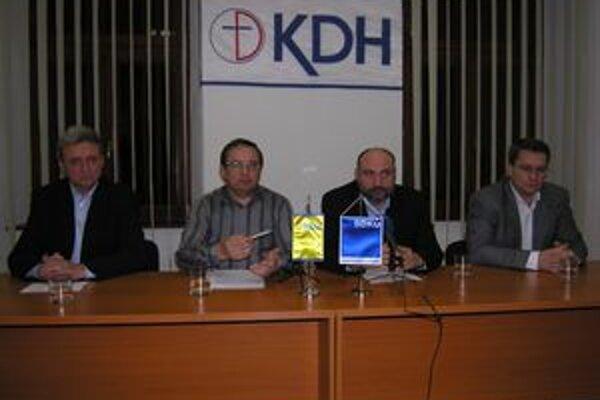 Pravicoví poslanci (zľava) Jozef Šimko, Stanislav Kahanec, Stefan Kužma a Jaroslav Ivančo prirovnali volebné pomery v Prešovskom kraji k Afganistanu.