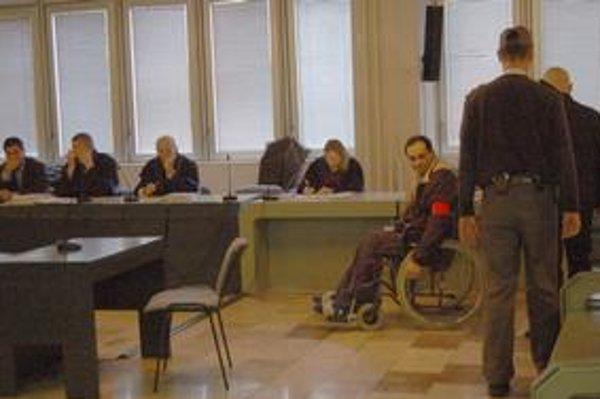 Proces s kolárikovcami. Na súd včera prišli iba dvaja obžalovaní (A. Horváth na vozíku, Badó úplne vľavo).