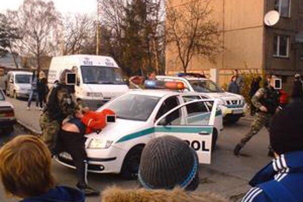 Agresívny vodič. Museli ho spacifikovať záchranári a policajti.