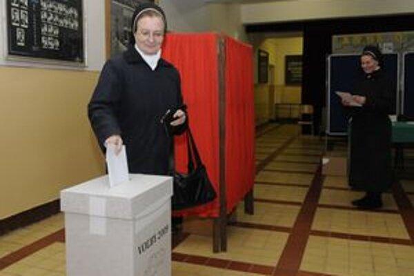 Voľby v Prešovskom kraji sú zatiaľ pokojné, účasť je zrejme podstatne nižšia, než v prvom kole. V Prešove boli odvoliť aj členky Kongregácie sestier služobníc nepoškvrnenej Panny Márie Východného obradu.