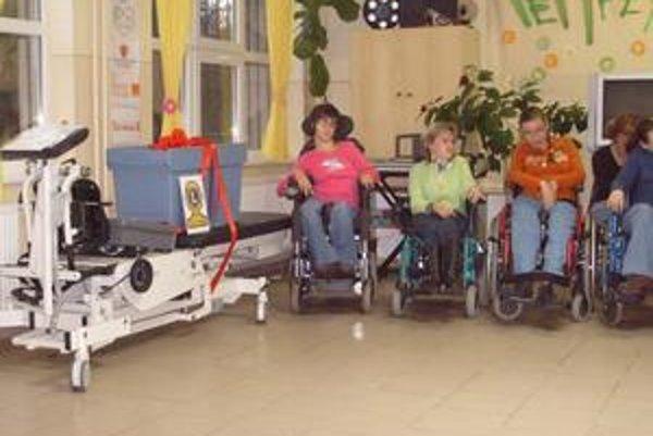 Vertikalizačné zariadenie. Pre vozičkárov je jedinou šancou simulovať chôdzu.