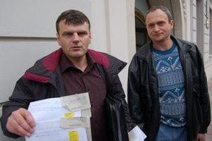 Starostu žalovali Ladislav Jusko a Jaroslav Ličák (na snímke sprava) aj za to, že údajne  odmietal prijímať zásielky od občanov. Terpáka súd spod obžaloby oslobodil.