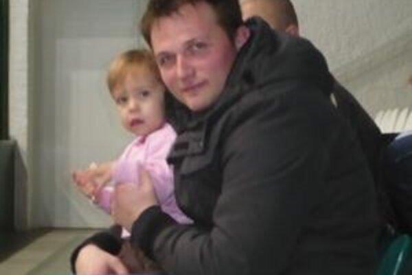 Z gólmana opatrovník. Jakub Krupa v stredu nechytal, staral sa o dcérku spoluhráča Tomáša Mažára.
