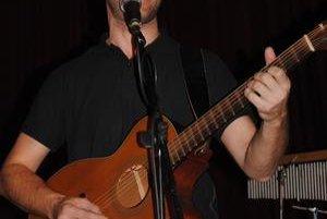 Hrdza. Kapelník, gitarista a spevák Slavo Gibarti.