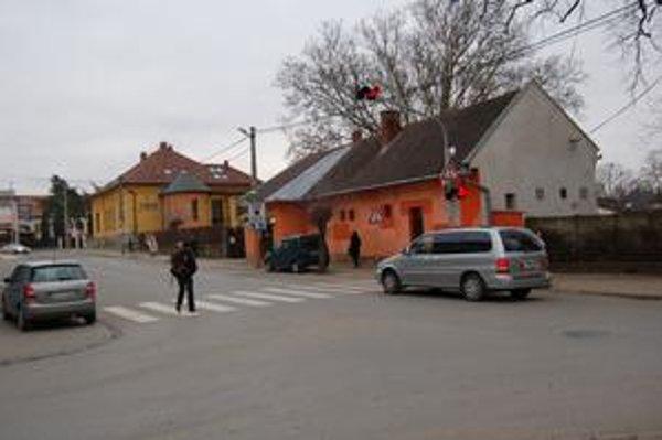 Signalizácia pred križovatkou. Vodiči červené svetlá nerešpektujú.