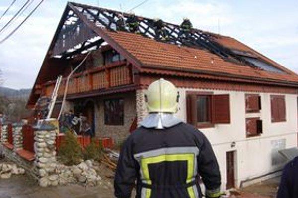 Na novom dome zhorela strecha, zničené je vnútorné zariadenie.