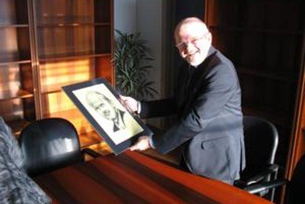 Dar za dar. Eurokomisár portrét prijal a študentovi poslal fotografiu s podpisom.