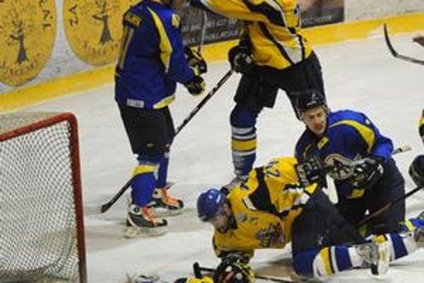 Šarvátky. V zápale boja boli niekedy v permanencii namiesto hokejok päste.