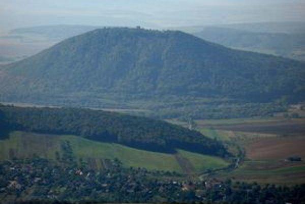 Rozľahlé zrúcaniny Šarišského hradu na homoľovitom kopci patria k charakteristickým dominantám celého regiónu.