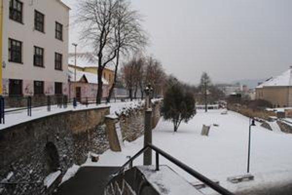 Múr pod stromoradím. Mesto ho chce dať opraviť.