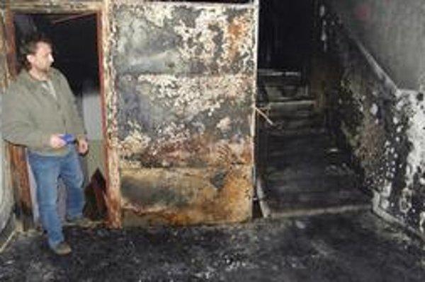 Po požiari. Príčinu vzniku ohňa určí zisťovateľ.