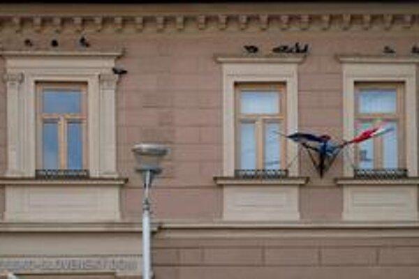 Operenci. Obliehajú fasádu objektu.