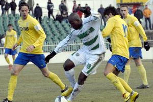 Brazílčan Bernardo (v bielom) toho v zápase Prešova s Košicami zahasil najviac.
