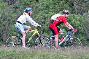 Ak sa na cyklotúru odvezú vlakom, zaplatia cestovné za seba aj za bicykel.