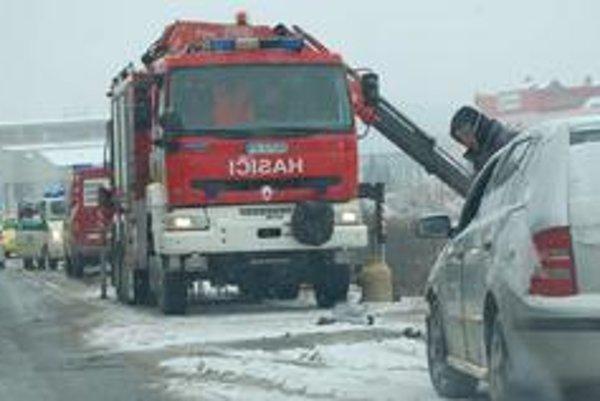 Zásah hasičov. Z priekopy museli vyťahovať dve autá.