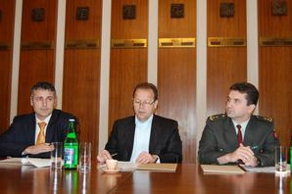 Kriminalita vzrástla. Zľava Andrejko, Hagyari, Sabol hodnotili bezpečnostnú situáciu v meste.