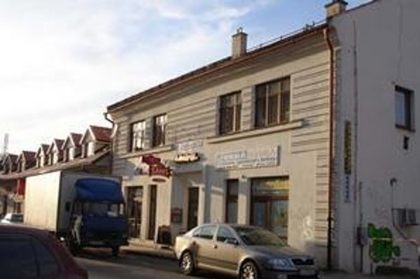 Budova na Hviezdoslavovej ulici. Pôvodne bola pamiatkarmi určená na zbúranie. Dnes sa predáva.