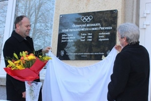 Zástupca primátorky Prievidze Ľuboš Maxina a predseda Olympijského klubu v Prievidzi Vladimír Revický odhaľujú pamätnú tabuľu.