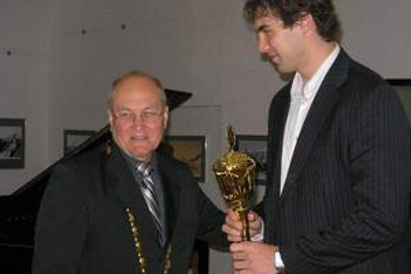 Ocenený hokejista. Primátor Sabinova P. Molčan dekoroval aj hokejového reprezentanta.