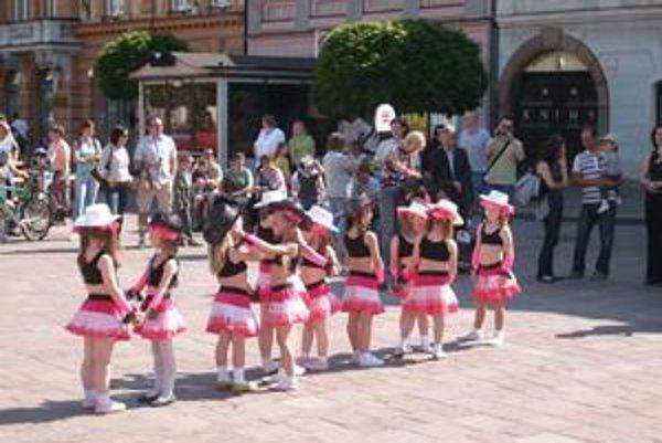 Malé tanečníčky z Grimmy. Prilákali ľudí do Šarišskej galérie.