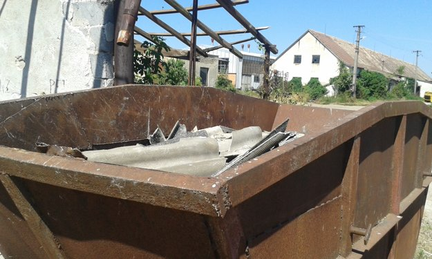 Inšpektori práce potvrdili, že s azbestom družstvo manipulovalo bez povolení.