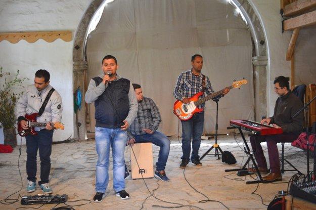 Kapela F6 z Čičavy vydala štyri CD a hrá po celom Slovensku. Hudobníci začínali pred desiatimi rokmi pri čičavskom pastoračnom centre.